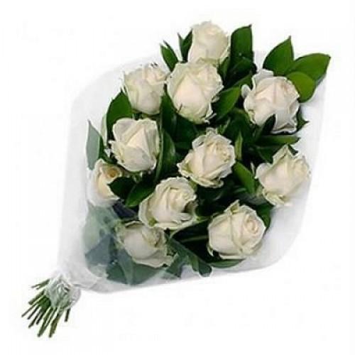 Вертикальный букет из белых роз