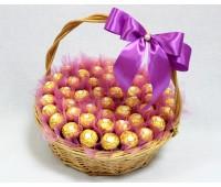 Композиция из конфет Ferrero в корзине