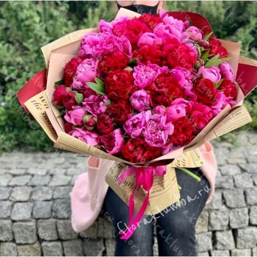 Букет из красных и розовых пионов