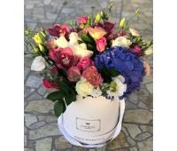 Композиция в коробке с орхидеями и гортензией