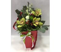 Конус для цветов с орхидеями и эустомой