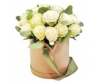 Белые розы с эвкалиптом в шляпной коробке