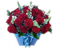 Красные розы в голубой коробке