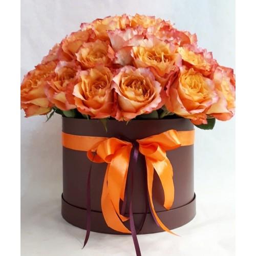 Коралловые пионовидные розы в круглой коробке (11-51)
