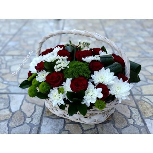 Классическая корзина с бордовыми розами