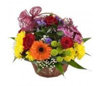 Композиция из роз, хризантем и гербер  в корзине