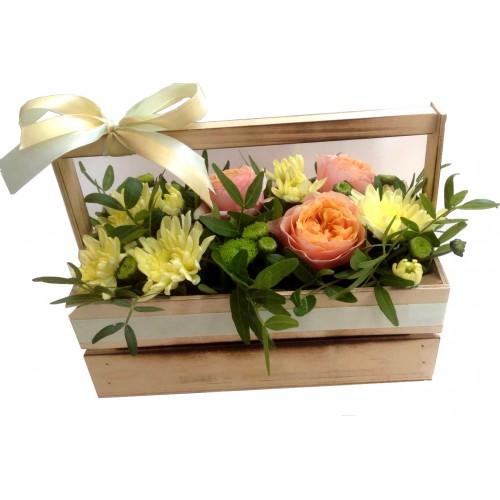 Композиция из пионовидных роз в деревянном боксе