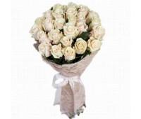 25 кремовых крымских роз
