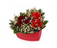 Сердце из роз, хризантем и брунии
