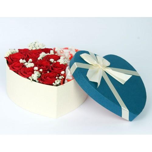 Сердце из красных роз и конфет Raffaello