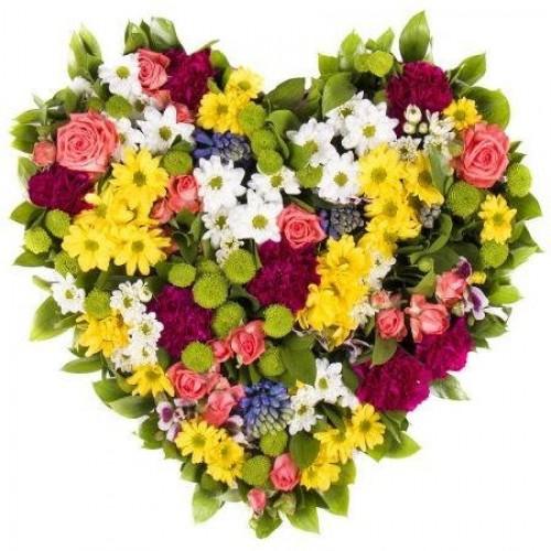 Сердце из хризантем и сезонных цветов