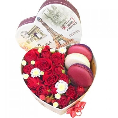 Сердце из крымских роз и макаронс