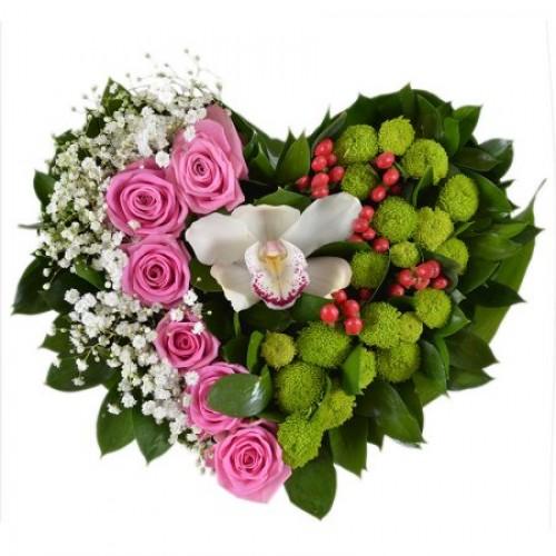 Сердце из роз, хризантем и орхидеи